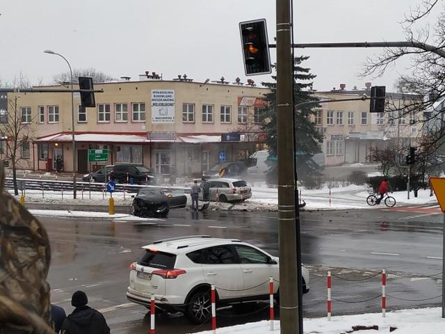 W sobotę, około godz. 9.30, na skrzyżowaniu ulic Wasilkowskiej i Traugutta w Białymstoku doszło do groźnie wyglądającego zderzenia dwóch samochodów osobowych.Zdjęcia pochodzą z fanpejdża Kolizyjne Podlasie