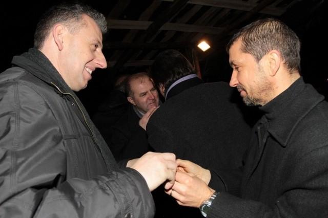 Kapelan sportowców ksiądz Jerzy Kostorz (z lewej) przełamuje opłatek z Józefem Żymańczykiem. W środku marszałek województwa Andrzej Buła.