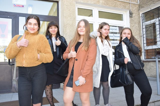 Uczennice SP nr 5 w Nysie po egzaminie z matematyki