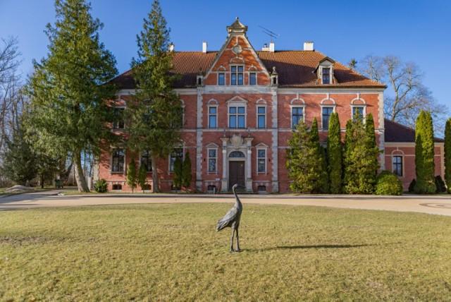 Uniwersytet Gdański ogłosił przetarg na sprzedaż działki w Leźnie, w skład której wchodzi zabytkowy, osiemnastowieczny pałac. Cena wywoławcza to 16 mln zł!