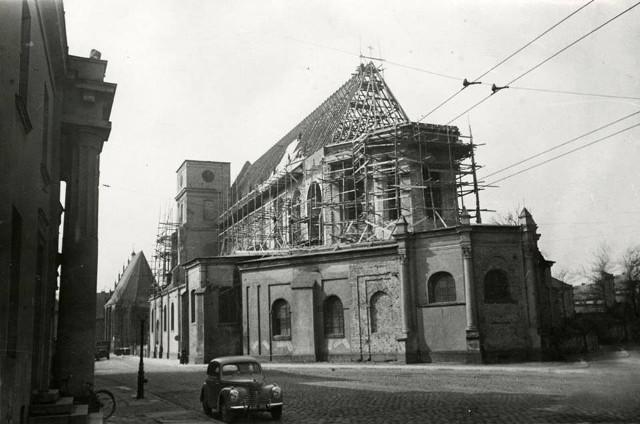 Odbudowa katedry była bardzo ważna dla mieszkańców Poznania. Na zdjęciach zobaczymy, jak proces ten przebiegał