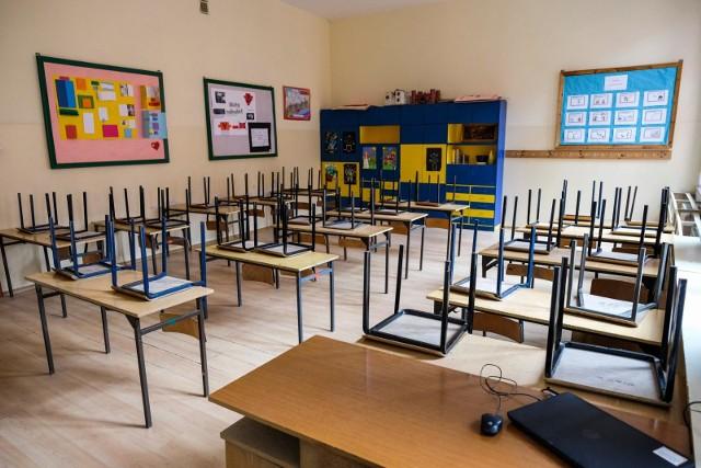 Małe zainteresowanie konsultacjami i nieefektywna nauka zdalna – tak podsumowuje łódzki magistrat skutki zamknięcia szkół z powodu pandemii dla młodzieży, którą czekają egzaminy zewnętrzne. 4 maja zaczynają się matury, a 25 maja – egzaminy klas ósmych, a nadal nie wiadomo kiedy i czy w ogóle uczniowie wrócą do szkół na lekcje.
