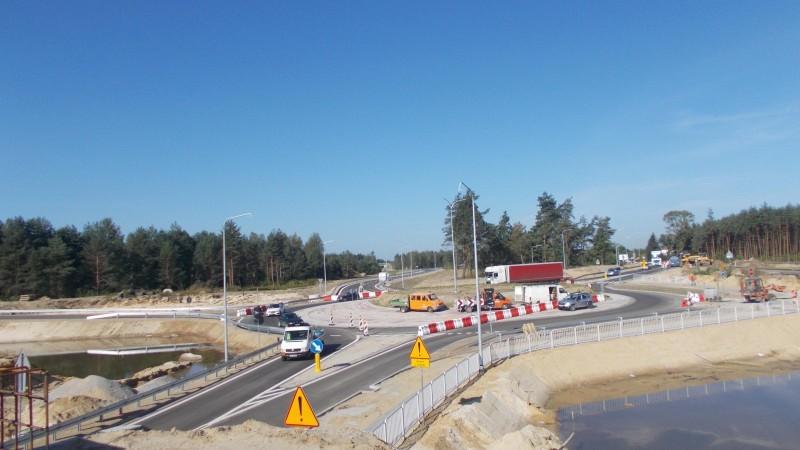 Jak informuje Generalna Dyrekcja Dróg Krajowych i Autostrad w Rzeszowie, budowa drogi S19 w kierunku Lublina przebiega zgodnie z planem. Na części powstających odcinków drogowcy układają już asfalt.