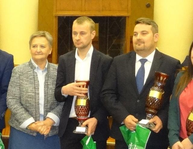 Michał Matuszczyk (pierwszy z prawej) z pucharem za największą ilość mleka dostarczonego do mleczarni w 2016 w Świętokrzyskiem.