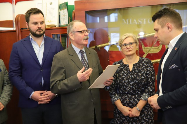 Dr Paweł Czekalski wręczył projekt uchwały prof. Marcinowi Gołaszewskiemu