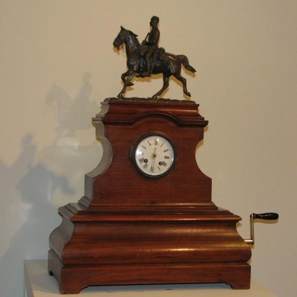 Zegar kominkowy z pozytywką, XIX wiek - jeden z wielu pięknych eksponatów zgromadzonych w Muzeum Podlaskim