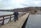 Pomost nad jeziorem w Długiem jest już gotowy