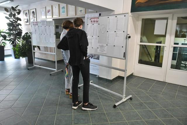25 lipca do godz. 15 w liceach, technikach i szkołach branżowych w Wielkopolsce pojawią się informacje o ostatecznych wynikach rekrutacji i liczbach wolnych miejsc. Część szkół już teraz podaje aktualną liczbę wolnych miejsc. Zobacz, jak wygląda sytuacja w powiecie chodzieskim.