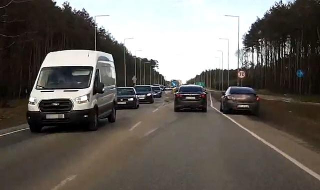 Użytkownik YouTube zarejestrował skrajnie nieodpowiedzialne zachowanie dwóch kierowców samochodów osobowych na trasie Białe Błota - Bydgoszcz.