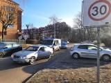 Pijany zasnął na skrzyżowaniu w Słupsku. Zablokował ruch. Wyciągała go policja. Z kieszeni wypadła mu setka [ZDJĘCIA]