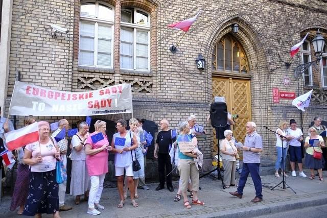 """""""Europo, nie odpuszczaj"""" - pod tym hasłem ruchy społeczne organizują serię czerwcowych wydarzeń, które mają doprowadzić do skierowania ustawy o Sądzie Najwyższym do Trybunału Sprawiedliwości UE (TSUE). Liczą na to, że wyrok TSUE powstrzyma w Polsce wymianę 40 proc. sędziów Sądu Najwyższego, którzy 3 lipca na mocy wprowadzonej przez rząd ustawy przejdą na wymuszoną, przedwczesną emeryturę. Czytaj więcej: Protestujemy pod sądami, niech Unia zauważy, że nie zgadzamy się na brak praworządnościW poniedziałek (11 czerwca) w ponad 80 miastach ludzie przyszli pod sądy protestować. Także w Bydgoszczy i Toruniu w obronie niezależności sądownictwa manifestował KOD. W innych miastach m.in. Inicjatywa Wolne Sądy, Obywatele RP, Akcji Demokracja, Strajk Kobiet."""