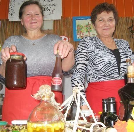 - Mamy się czym pochwalić - mówiły Maria Mazurkiewicz (od lewej) i Stanisława Przybył z Kowalowa, które przywiozły ze sobą m.in. różne nalewki. Obie panie przygotowały też zdrową i smaczną dyniową zupę dla gości