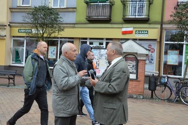 Każdy mógł dodać swoje trzy grosze - z lewej Andrzej Stępkowski, z prawej Mariusz Brunka, jeden z organizatorów prawyborów