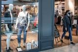 Klienci bez maseczki nie powinni być obsługiwani w sklepach. Powinno się o nich informować służby