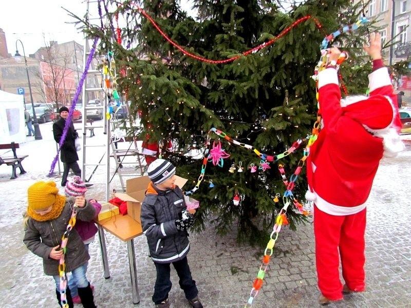 Dzieciaki pomagały Mikołajowi ubierać choinkę