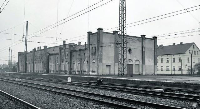 Budynek opuszczonego dworca z 1843 roku w Jaworzynie Śląskiej