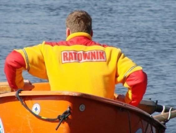 Mężczyzna wypłynął na jezioro rano na plaży niestrzeżonej, kiedy nie było jeszcze ratowników.