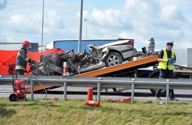 Renault zapalił się. Być może od uderzenia kia, ale to będą ustalać biegli. Kierowcy i pasażerom  nie udało się wyjść z auta.