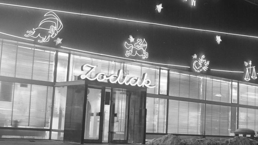 Świąteczne iluminacje w PRL-u. Zobacz, jak przystrajano na święta sklepy i bary