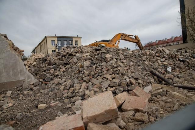 Wyburzanie kamienicy przy Złotej i Sienkiewicza dobiegło końca
