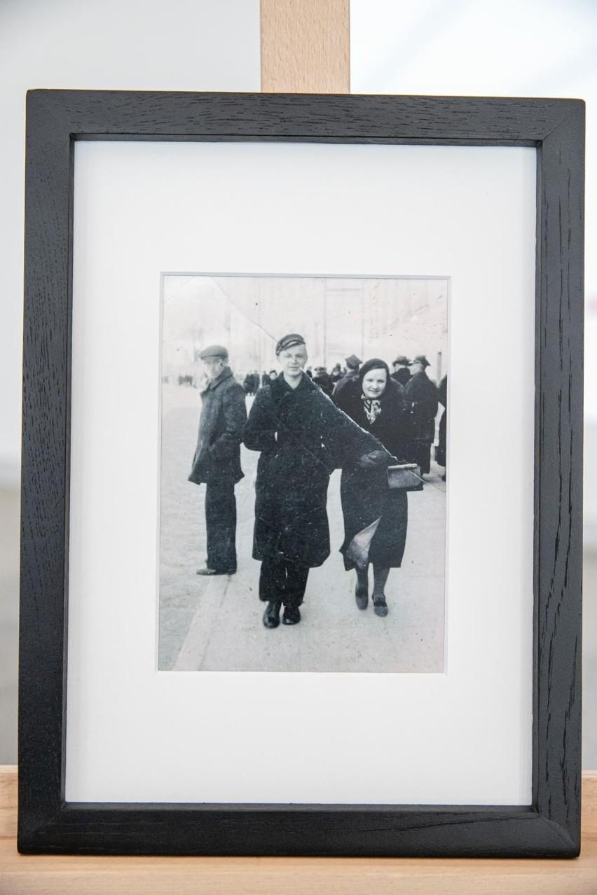 Na fotografii znajduje się Tadeusz Jasiński ze swoją matką...