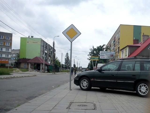 Kierowca tego opla nie zostawił zbyt dużo miejsca pieszym