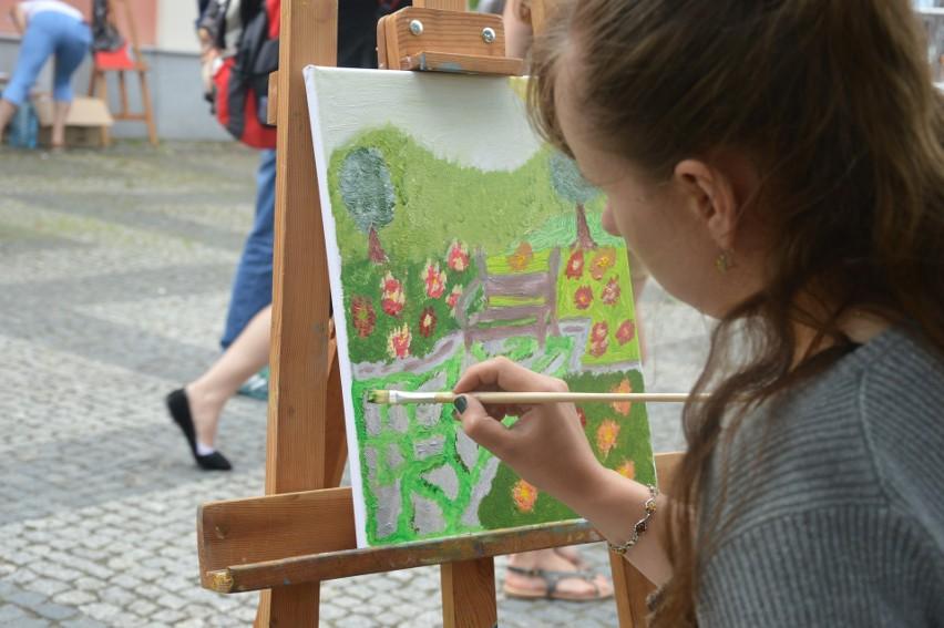 """Uczestnicy festiwalu brali udział m.in. w plenerze malarskim pod hasłem """"Chodź, pomaluj mój świat""""."""