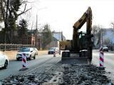 """Pabianice. Z ulicy Warszawskiej zrywane jest torowisko. Ruszyły prace na """"starówce"""". Modernizacja linii 41. Są utrudnienia ZDJĘCIA"""