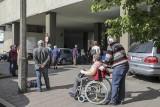 Kraków. Gigantyczna kolejka pod Centrum Onkologii przy ul. Garncarskiej. Pacjenci czekali na chodniku [ZDJĘCIA]