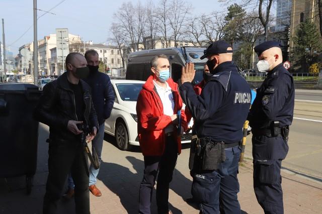 Protest związkowców z Tauronu i złożenie pism w biurze poselski premiera Matusza Morawieckiego; Zobacz kolejne zdjęcia. Przesuwaj zdjęcia w prawo - naciśnij strzałkę lub przycisk NASTĘPNE >>>