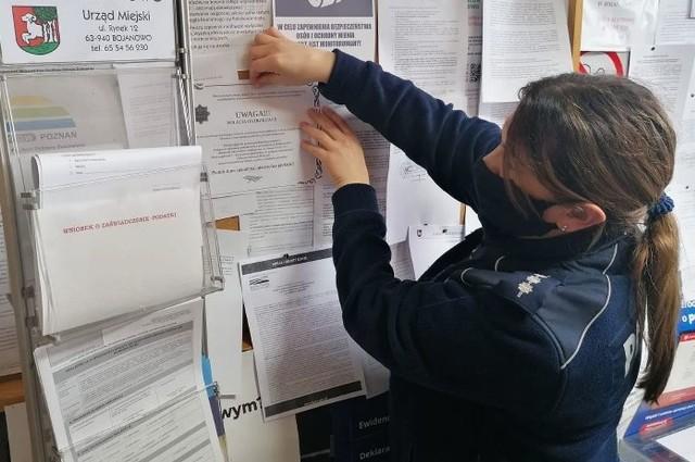Wielkopolscy policjanci znaleźli nietypowy sposób, by ostrzec seniorów przed oszustami. Na terenie całego województwa rozwieszają klepsydry z apelem do starszych osób.