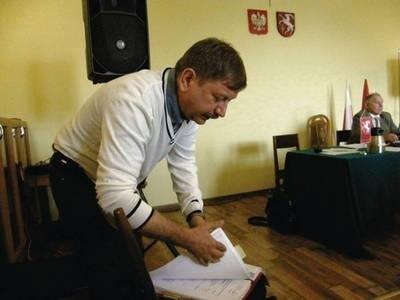 Jarosław Moskwa pokazał na sesji odmowę wpisu Doroty Wadowskiej-Dudek do KRS Fot. Magdalena Uchto