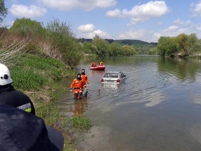 Skoda praktycznie cała zanurzyła się w wodzie.