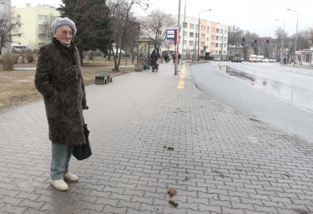 - Niestety, w niektórych miejscach w Radomiu widać psie kupy, to skandal, mówi pani Genowefa, spotkana na ulicy 25 Czerwca w Radomiu.