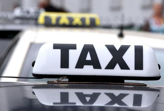 Co powinno nas zaniepokoić? – Jeżeli zaczepi nas osoba podająca się za taksówkarza i biorąca za to pieniądze powinniśmy ten fakt zgłosić na policję– mówi asp. szt. Anna Gembala.