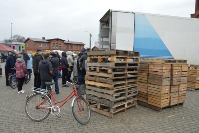 20 ton jabłek w Bolszewie rozdano w kilkadziesiąt minut [ZDJĘCIA,WIDEO]Bitwa o darmowe jabłka w Bolszewie