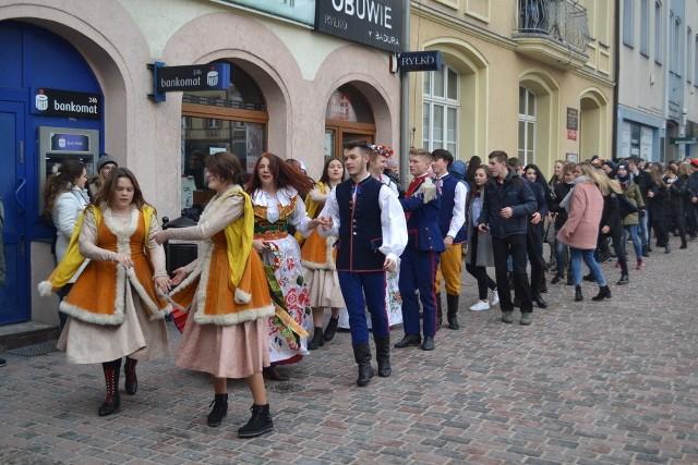 Zabawa po wykonaniu poloneza na lublinieckim rynku 1.02.2019