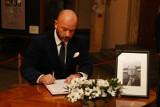 Prezydent Jacek Sutryk wpisał się do księgi kondolencyjnej [ZDJĘCIA]