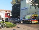 Nowy Tomyśl. Potrącenie rowerzystki koło Sądu. Świadkowie mówią, że długo czekano na karetkę. Ratować jechali strażacy