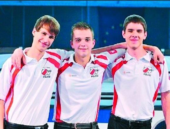 Uśmiechnięci drużynowi mistrzowie Europy, czyli (od lewej) Wojciech Szewczyk, Konrad Piekarski, Marek Kudlik