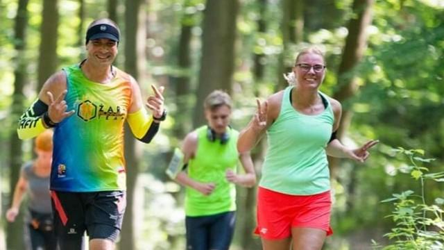 Żarski parkrun, każda sobota, godzina 9.00. W ramach parkrunu biegają też Paweł Andrzejewicz i Agnieszka Łojko, oboje pracują w SWISS KRONO. W tej żarskiej firmie biega kilkadziesiąt osób.
