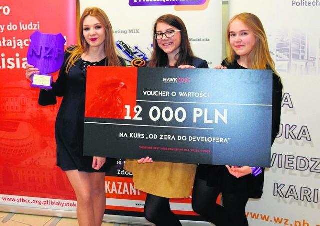 Zwycięska trójka z ZSOiZ w Mońkach z atrakcyjną nagrodą.