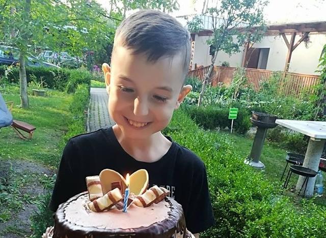 Alek ma 16 lat, ale wygląda na znacznie mniej. Wśród jego licznych chorób jest niedobór masy ciała i całościowe zaburzenie rozwoju.