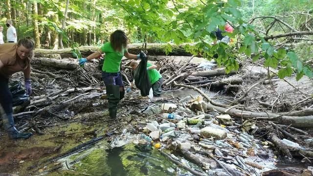 W akcji sprzątania Doliny Racławki wzięło udział ponad 60 osób. Wśród nich różne grupy społeczne, kobiety, mężczyźni, dzieci i młodzież