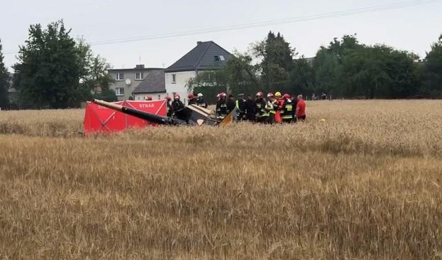 Katastrofa śmigłowca pod Opolem miała miejsce w środę, 11 lipca, po godz. 9. Maszyna spadła na pole w miejscowści Domecko, w pobliżu zabudowań i i przechodzącej tamtędy drogi krajowej.