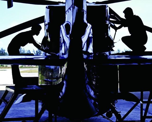 Załoga Heli-One podczas serwisowania śmigłowca w zakładzie w Vancouver.