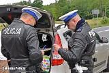 Policjanci z drogówki wsiadają na motocykle i ruszają w patrol
