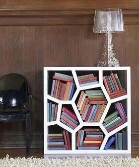 Bardzo ciekawie wyglądają kasetonowe półki, w których można umieścić książki lub płyty CD.