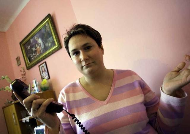 Monika Szymczuk nie rozumie, dlaczego przeniesienie numeru telefonu ze starego miejsca zamieszkania na nowy adres trwa tak długo. – W słuchawce ciągle nie ma sygnału – mówi.