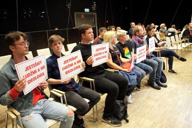 Na sesję w kwietniu ub.r., na której sejmik przyjął stanowisko anty-LGBT, przyszli przedstawiciele Marszu Równości. Alicja Sienkiewicz mówiła: - Przedmiotowy projekt stanowiska zawiera kłamstwa i szczuje ideologią LGBT. Nie ma czegoś takiego jak ideologia LGBT. To ludzie, którzy tu żyją, tu się uczą, tu pracują.